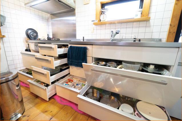 お手入れしやすく見た目もシンプルで使いやすいキッチン