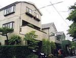 花台や緑が似合うシンプルなラップサイディング ※奥の2棟(息子さん娘さんの)自宅も当社で施工させて頂きました。