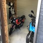 玄関側からも出入りが出来る。便利なビルトインガレージ。