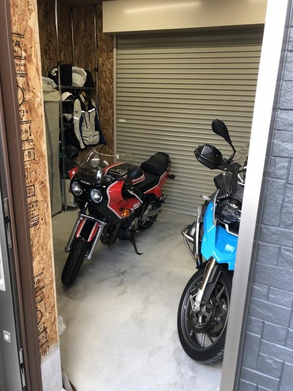 玄関側からも出入りが出来る。便利なビルトインガレージ